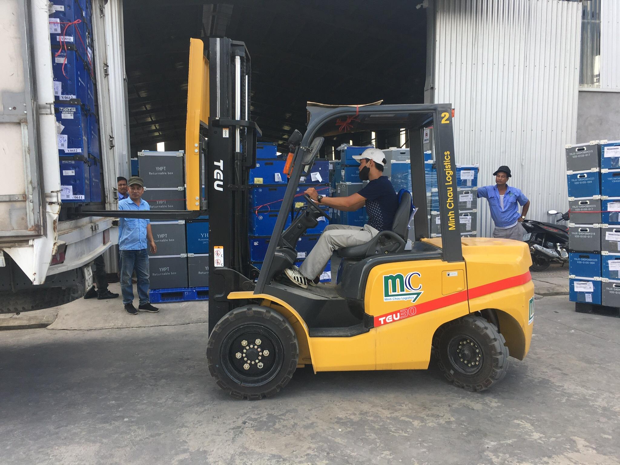 xe-nang-3-5-tan-trong-kho-hang-logistics