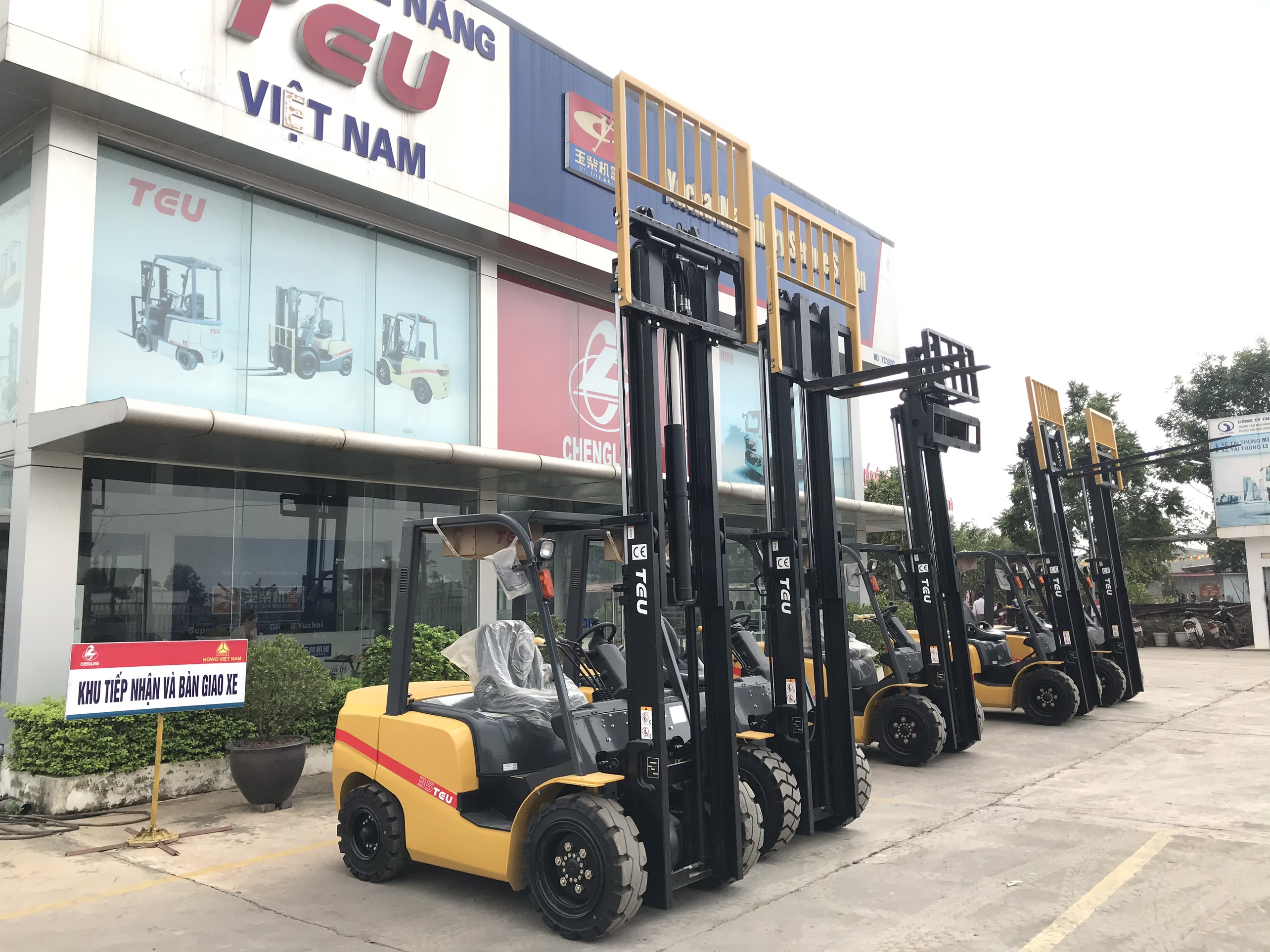 showroom-xe-nang-2-5-tan-teu